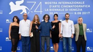 دويري يتوسط أبطال فيلمه بعيد عرض الفيلم في مهرجان فينيسيا