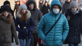 독감이 유행하는 때, 독감에 걸린 사람은 전염 위험이 있기 때문에 집에 있어야 한다