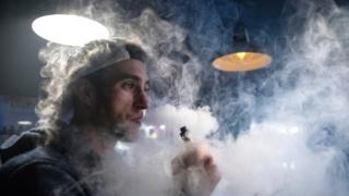 Производители электронных сигарет говорят, что помогают избежать настоящего курения, а ученые из Калифорнийского университета в этом сомневаются