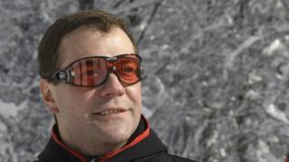 Дмитрйи Медведев на лыжах