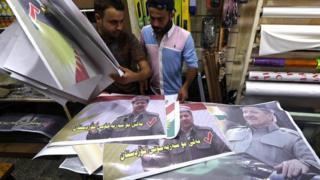 أكراد يحملون صورا لرئيس لإقليم كردستان العراق مسعود برزاني
