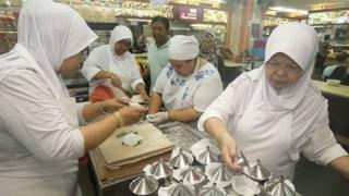 Paratoi 'putu piring' ar gyfer iftar yn Singapore