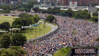 Miles de manifestantes en las calles de Caracas.