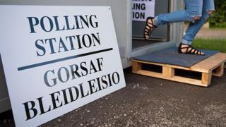 Polling station sign in English and Welsh