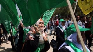 Palestinian supporters of the Hamas movement rally on the eve of the student council elections at the Bir Zeit University in Ramallah (21 April 2015)