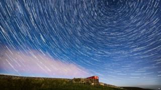 Estrellas fugaces en el cielo sobre un campo