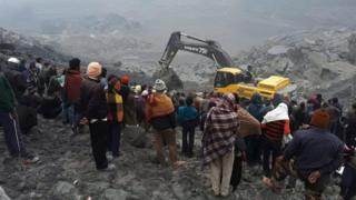 People stand and watch rescue works being continued at the disaster site where a coal mine collapsed in Godda, some 350 kilometers from Ranchi, India, 30 December 2016