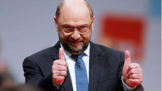 Martin Schulz holding his thumbs up