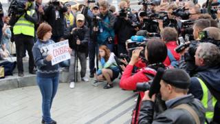 На одиночные пикеты к памятникам в центре Москвы вышли несколько сотен человек