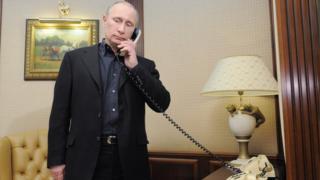 Владимир Путин говорит по телефону