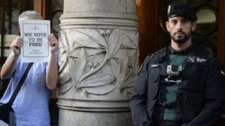 Polisin Katalan Ekonomi Bakanlığı'nı basması üzerine Barcelona'nın merkezinde bulunan bakanlık binası önünde protestolar gerçekleşti