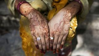 Perempuan India biasa menghias tangan dengan henna di hari pernikahan mereka