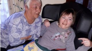 Gwenno Rowlands a'i merch Gwawr, 34 oed, yn eu cartref yn Llanfairpwll.
