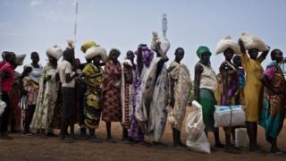 দক্ষিণ সুদানে খাদ্য সহায়তার জন্য লাইনে দাড়িয়ে মানুষজন।