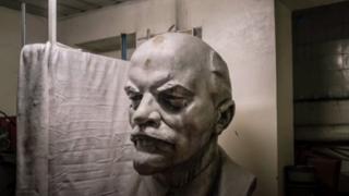 Un busto de Lenin junto a un colchón viejo