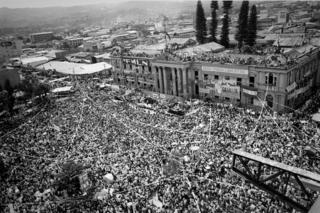 San Salvador, 16 de Enero 1992. Gran celebración frente al palacio nacional para la firma de los Acuerdo de Paz.