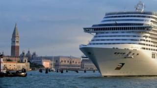ชาวเมืองเวนิสเป็นกลุ่มแรกที่ร้องเรียนถึงปัญหาความพลุกพล่านของนักท่องเที่ยวในเมือง ซึ่งส่วนใหญ่มากับเรือสำราญ