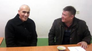"Искандар Худойберганов (чапда) ва ""Эзгулик"" фаоли Абдураҳмон Ташанов"