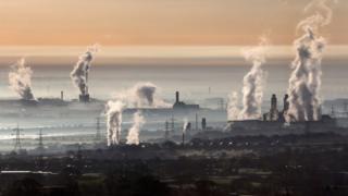 Contaminación saliendo de chimeneas en fábricas