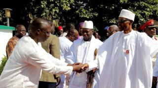 Buhari (Dama) na gaisawa da zababben shugaban Gambia Adama Barrow (Hagu), yayinda da shugaban Gambia mai barin gado Yahya Jammeh (Tsakiya) ke kallo