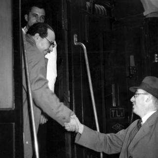 Juan Negrín se despide en enero de 1939 antes de partir en tren hacia su exilio en Estados Unidos.