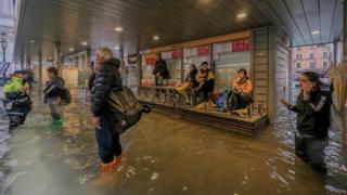 Turistas esperam pela reabertura de serviço de transporte em Veneza