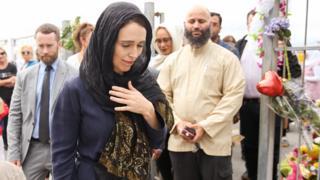 أردرن وهي ترتدي الحجاب أثناء زيارة الجالية المسلمة