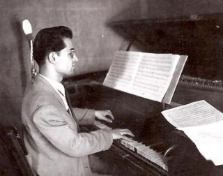 حسین دهلوی در ۲۲ سالگی. تهران، ۱۳۲۸. (عکس از بایگانی شخصی حسین دهلوی)