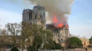 كاتدرائية نوتردام تحترق