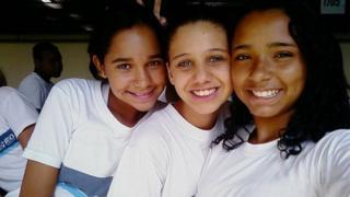 Thayane (à direita) ao lado de sua melhor amiga Carol (centro)
