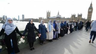 گروهی از مادران و دختران با تشکیل زنجیره انسانی بروی پل وستمینستر یاد قربانیان واقعه روز چهارشنبه را گرامی داشتند