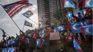 Mahathir supporters outside the Istana Negara palace in Kuala Lumpur, 10 May