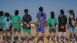 Học sinh nữ chơi thể thao ở một trường ở Ấn Độ