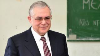 آقای پاپادموس، ۶۹ ساله، از نوامبر سال ۲۰۱۱ تا ماه مه ۲۰۱۲ میلادی نخست وزیر دولت موقت یونان بود
