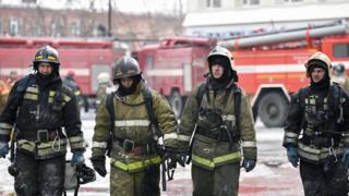 """Пожарные на тушении ТЦ """"Зимняя вишня"""""""