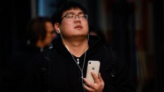 جوان چینی با موبایل اپل