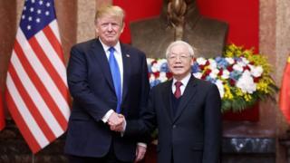 Ông Donald Trump và ông Nguyễn Phú Trọng bắt tay trước thềm Thượng đỉnh Trump-Kim ở Hà Nội hôm 27/2/2019