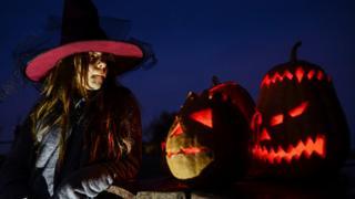 10월 31일 귀신분장을 하고 치르는 축제이다. 영국 등 북유럽과 미국에서는 큰 축제일로 지켜지고 있는 핼러윈 데이는 원래 기원전 500년경 아일랜드 켈트족의 풍습인 삼하인(Samhain) 축제에서 유래되었다.