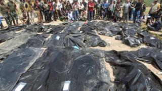 """Тела убитых боевиками ИГ в лагере """"Кэмп-Спейхер"""""""