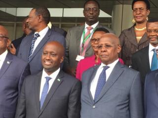(Imbere) Olivier Nduhungirehe na Sam Kutesa mbere gato y'inama igiye kubera mu muhezo w'itangazamakuru i Kigali