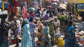 Mutane a kasuwa a Najeriya