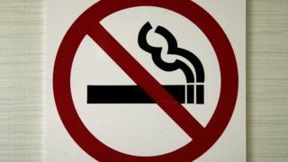 значок, запрещающий курить