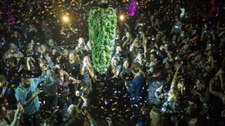 مشتاقان آزادی ماریجوانا در تورنتو به دور این خوشه کانابیس جمع شدند و همچون لحظه تحویل سال قانونیشدن ماریجوآنا را جشن گرفتند