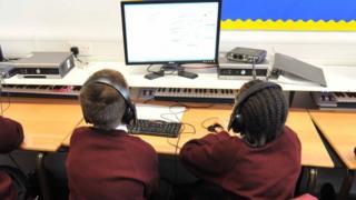 Schoolchildren in front of a computer