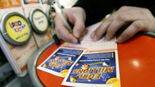 Person filling in Euromillions numbers