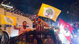 hdp bayraklarıyla seçim sonucunu kutlayanlar