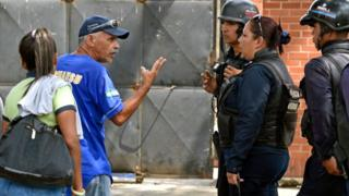 Familiares de los detenidos en la comisaría de Valencia donde ocurrió el incendio.