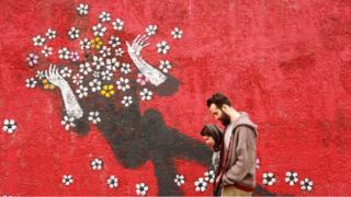 前互聯網公司高管單曉蕾帶著相機與500顆棒棒糖踏上旅程,他的足跡遍布全球,包括遊客罕至的伊朗鄉村。行前朋友們擔心他身陷險境,他卻在伊朗發現最美的風景與人心。