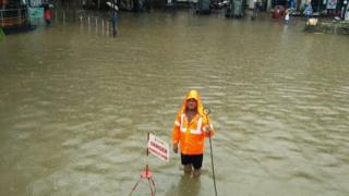 વરસાદને પગલે રસ્તા પર પાણી ભરાયા