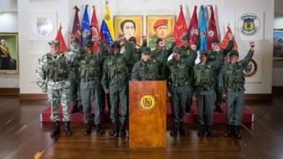 Глава министерства обороны Венесуэлы Владимир Падрино Лопес (в центре) во время пресс-конференции в Каракасе